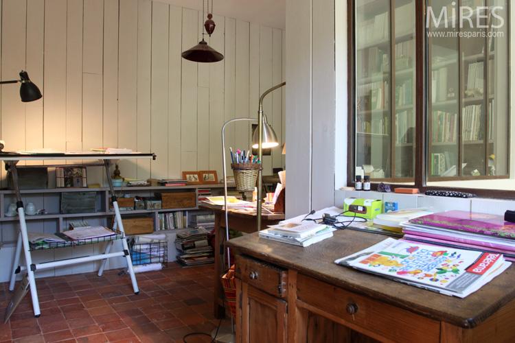 Un bureau verri re avec une table dessin c0590 mires for Bureau verriere