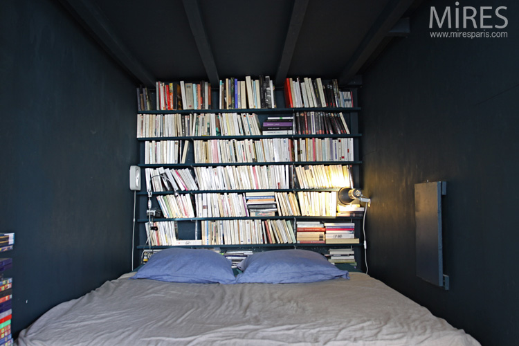 A hidden bedroom-library. C0563