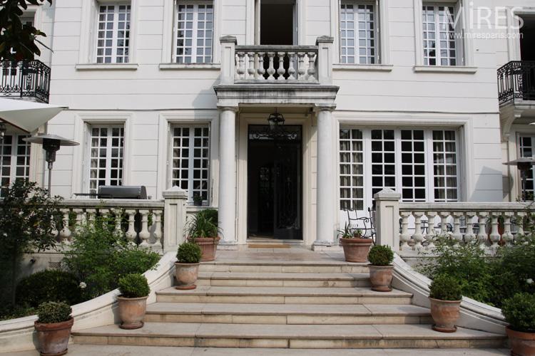 Une maison de style classique avec un grand jardin. C0578  Mires ...