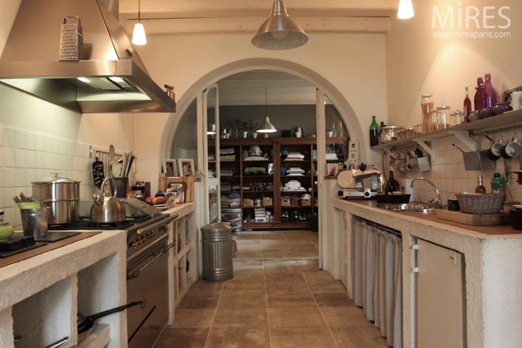 Une cuisine voûtée et son annexe. C0578