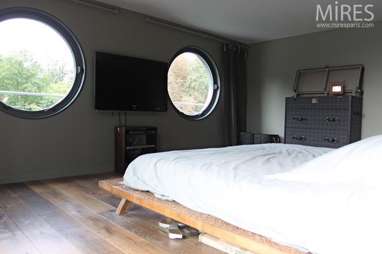 Lit king size, meuble-malle et hublots. C0624