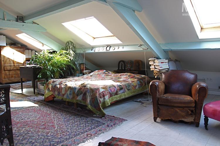 Bureau et poêle sous les toits. C0639
