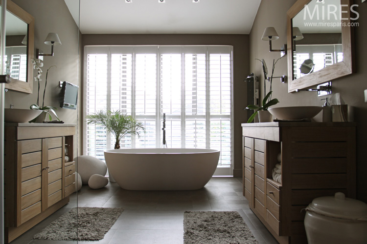 Oval bath-tub, Charleston gray atmosphere. C0649