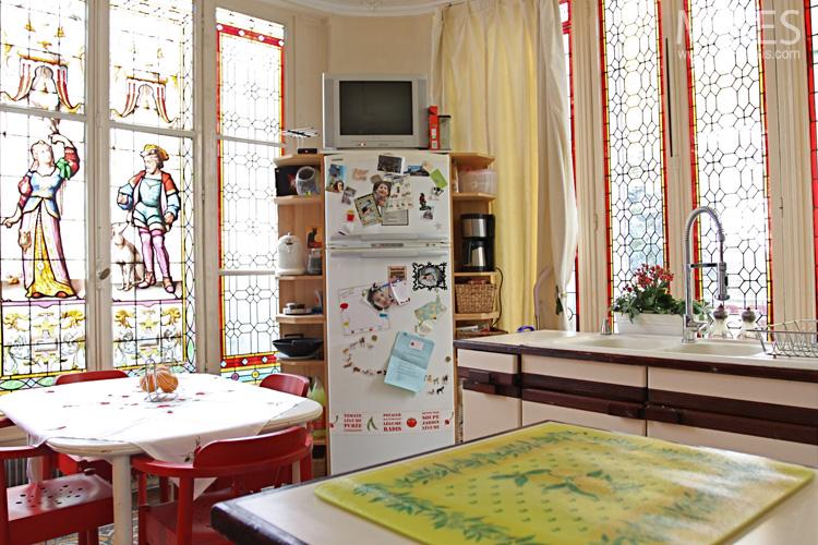 Vitraux médiévaux et mobilier vintage. C0650