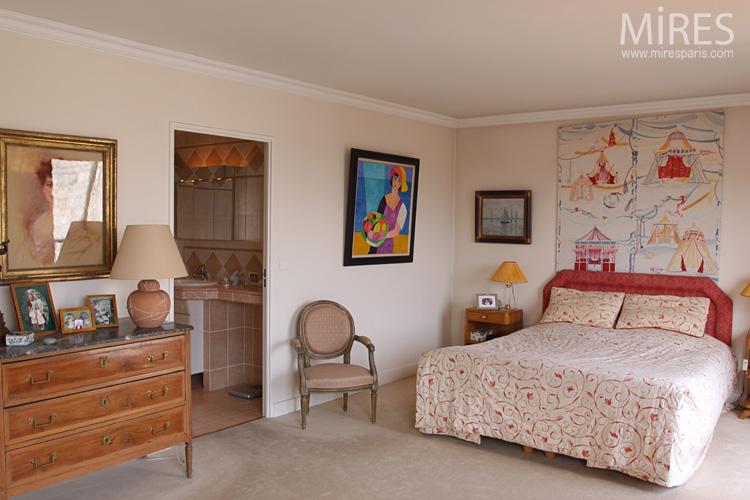 Chambre romantique, rouge et blanche. C0589 | Mires Paris