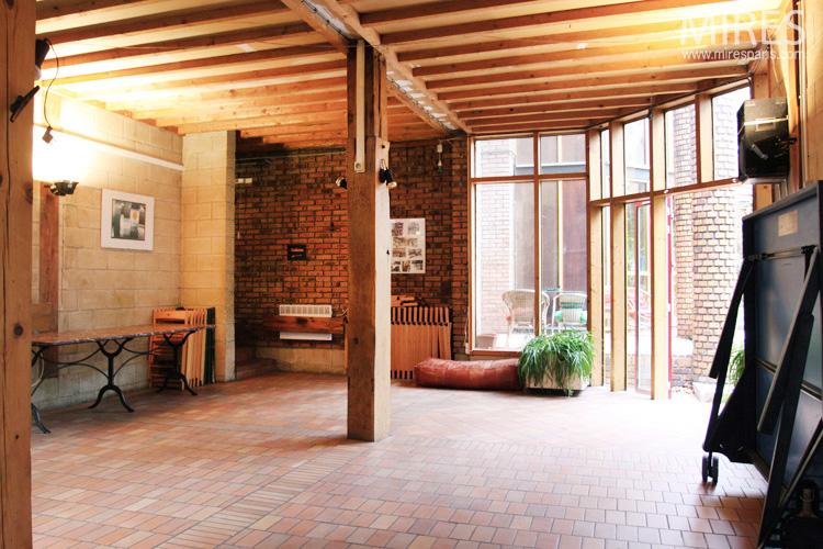 Salle commune ouverte sur le jardin. C0655