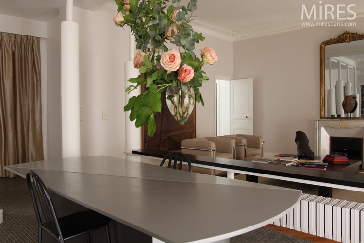 Vases en verre suspendus et chaises Mallet-Stevens. C0610
