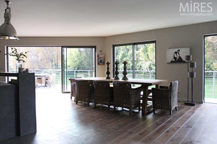 Fauteuils en rotin et grande table rustique. C0624