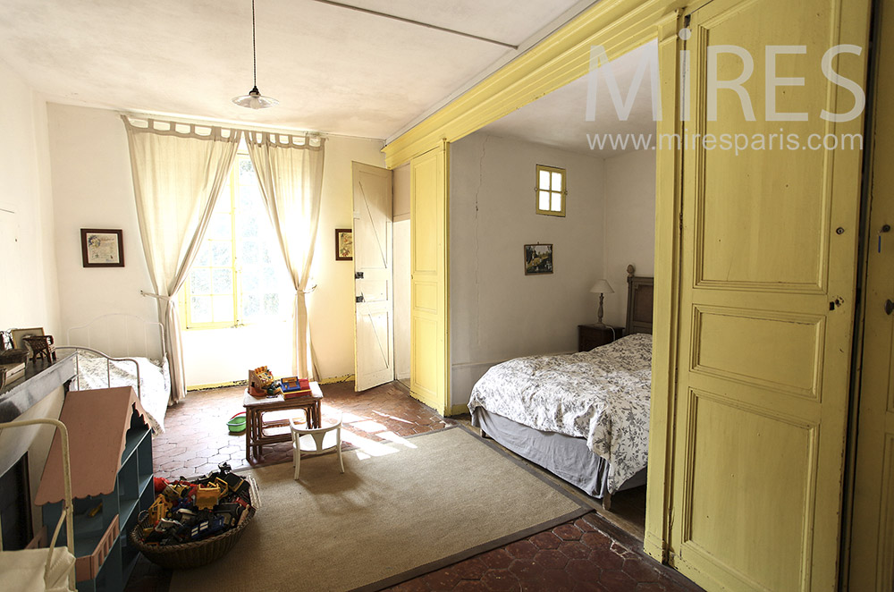 Yellow room with alcove. C0642