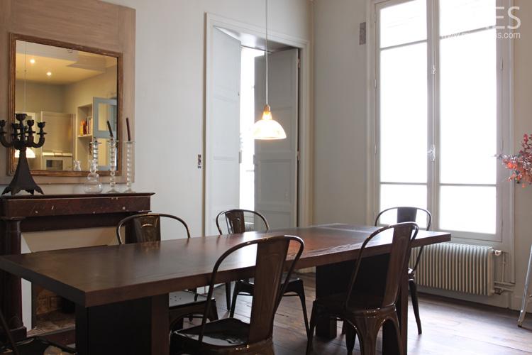 Chaises en fer, table en bois foncé. C0667