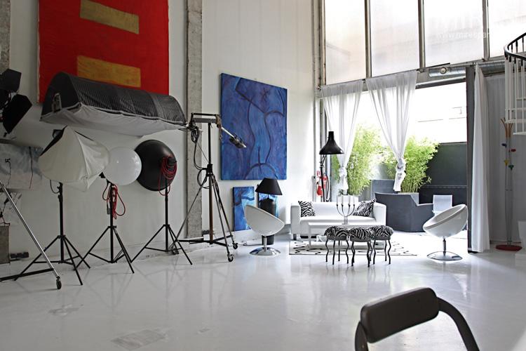 Studio photo avec cuisine et cabine. C0555