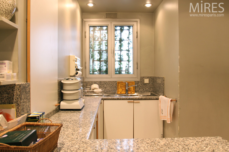 Murs blancs et plan de travail gris mouchet c0605 for Carrelage mouchete