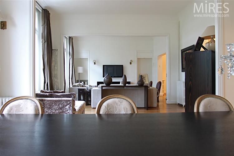 Chaises Louis Xvi Blanches Et Moderne Table Noire C  Mires Paris