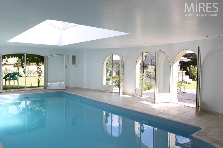 piscine romane ouverte sur le jardin lumi re z nithale c0568 mires paris. Black Bedroom Furniture Sets. Home Design Ideas