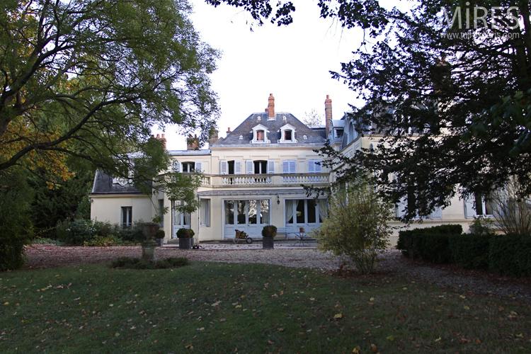 Maison blanche au fond du parc. C0638