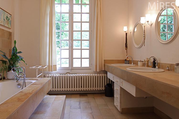 Une salle de bains lumineuse c0623 mires paris for Barre lumineuse salle de bain