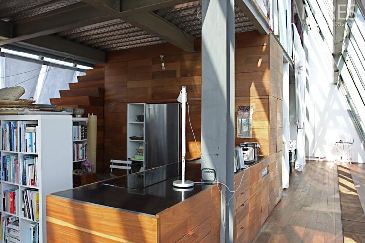 Cuisine-bibliothèque face à la terrasse. C0265
