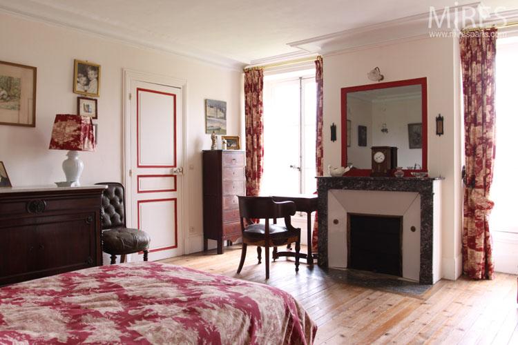 Chambre rouge aux petits tableaux. C0644