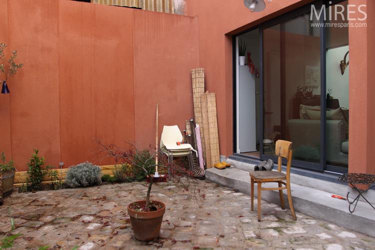 Mur Ocre mur ocre, pavés et plantations. c0657   mires paris