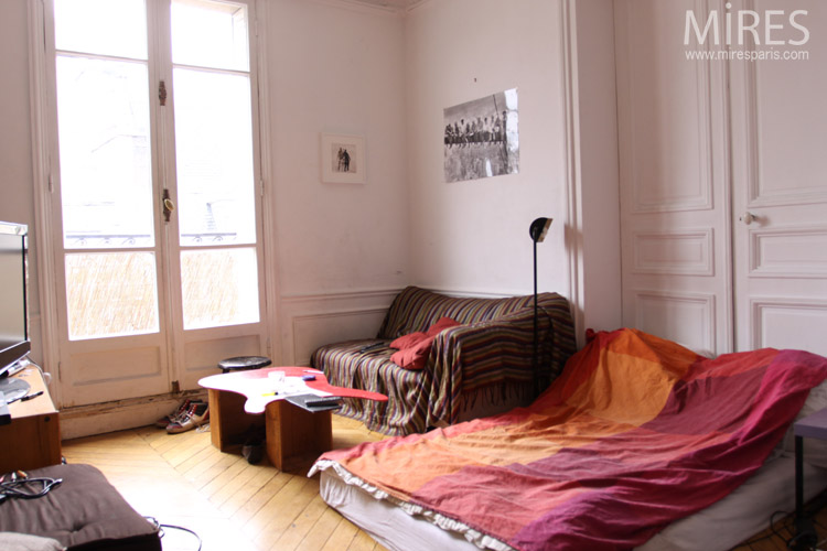 Roommate: bedroom with TV. C0672