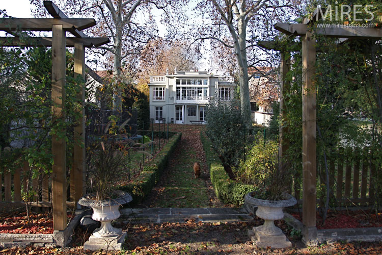 Art Deco villa with garden overlooking the Seine. C0646