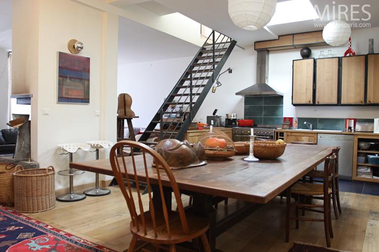 Grande table en bois, objets exotiques. C0670   Mires Paris