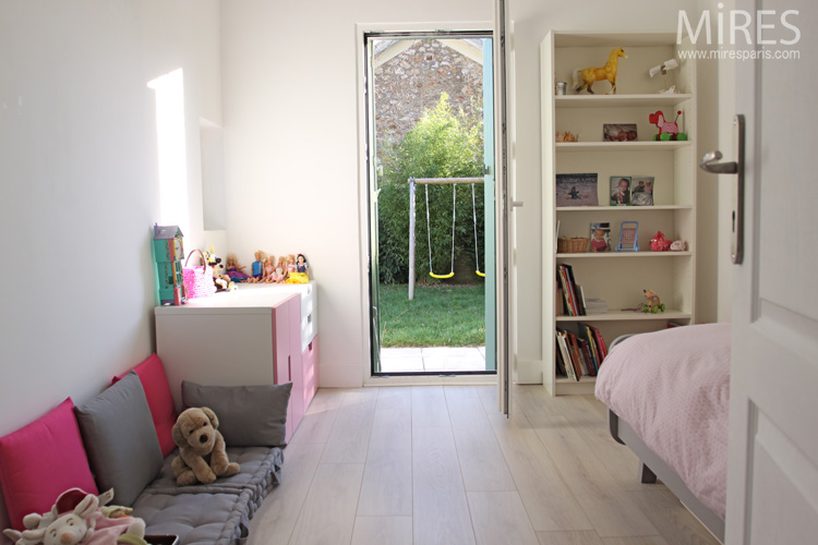 chambre blanche avec du rose et du gris souris c0671 mires paris. Black Bedroom Furniture Sets. Home Design Ideas