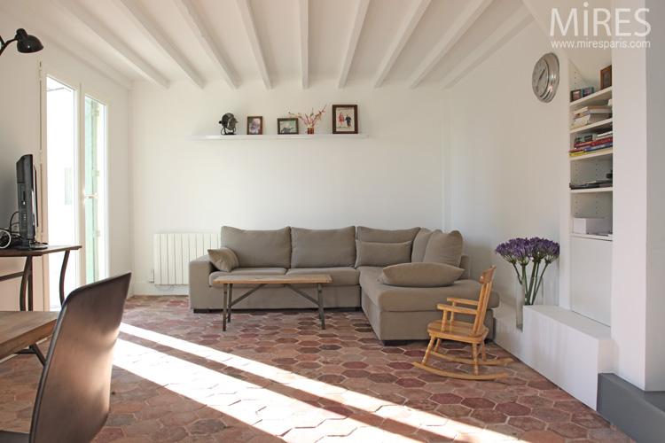 Tomettes mobilier vintage et murs blancs c0671 mires paris for Carrelage style tomette