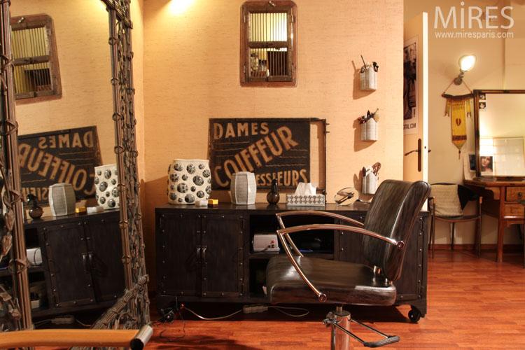 Salon de coiffure à l'ambiance vintage. C0666