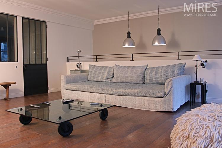Salle TV, table basse à roues, banc et canapé. C0667
