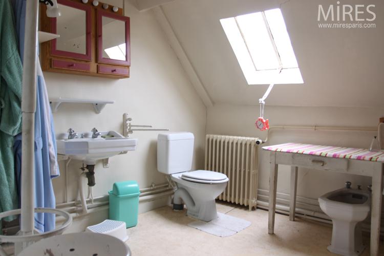 Salle de bains rustique et lumineuse. C0676