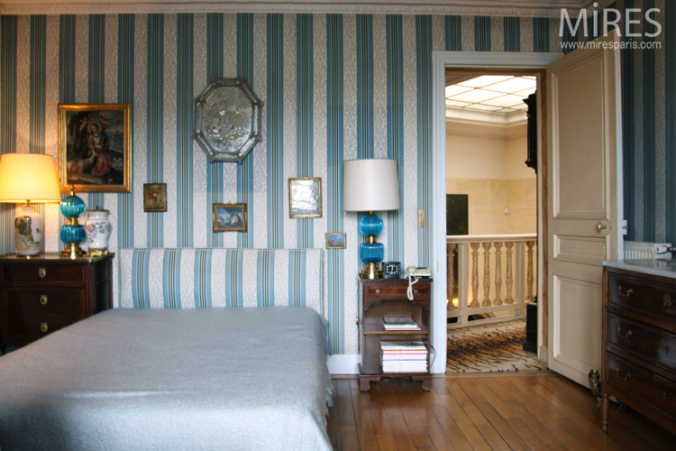 Striped wallpaper and classic style. C0697