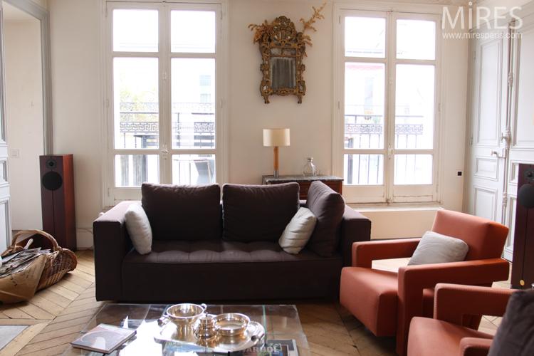 Salon mélangeant classique et moderne. C0687 | Mires Paris