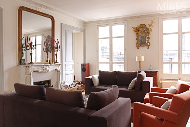 A lounge that mixes classical and modern. C0687