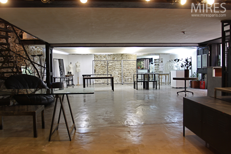 Great room with stone wall. C0693