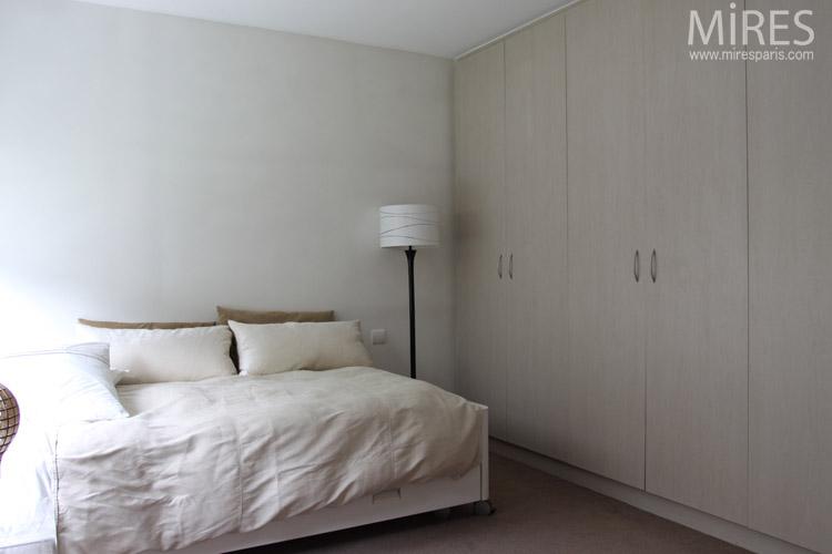 Chambre claire avec grands placards. C0694