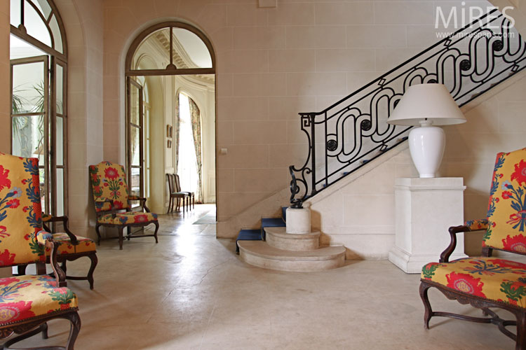 Modern and classic in the entrance. C0723