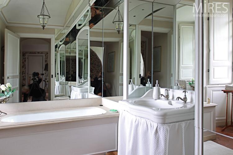 chambre de style anglais avec salle de bains miroirs c0081 mires paris. Black Bedroom Furniture Sets. Home Design Ideas
