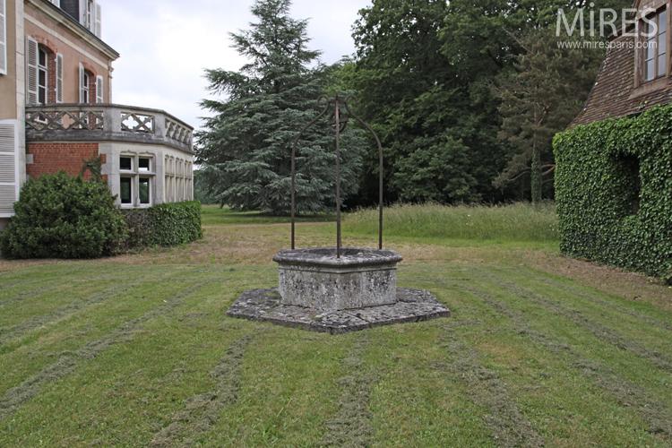 Cour bordée de deux rangées de colonnades. C0726