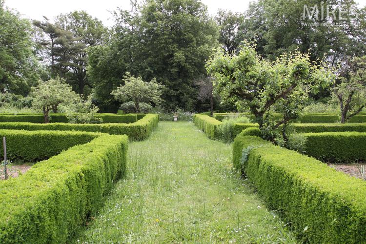 Orangerie sur jardin bordé de buis. C0726