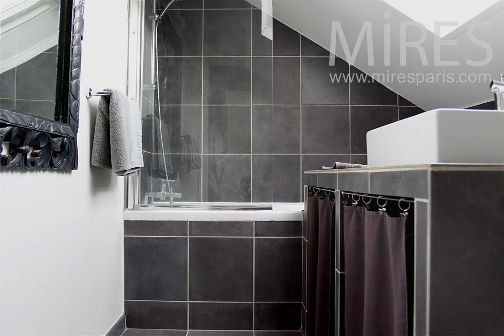 Petite salle de bains mansard e c0763 mires paris for Salle de bain paris