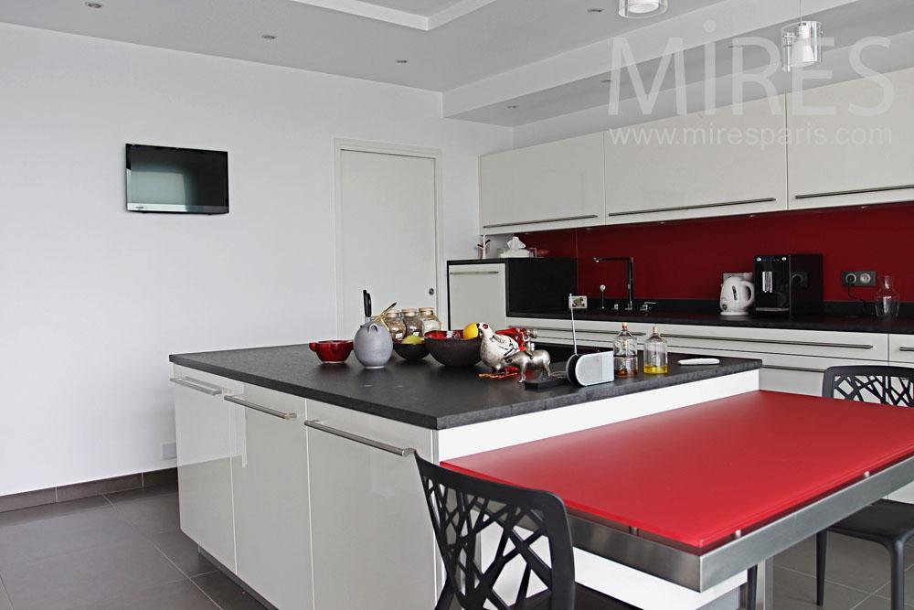 Cuisine rouge et blanche avec vue. C0767 | Mires Paris