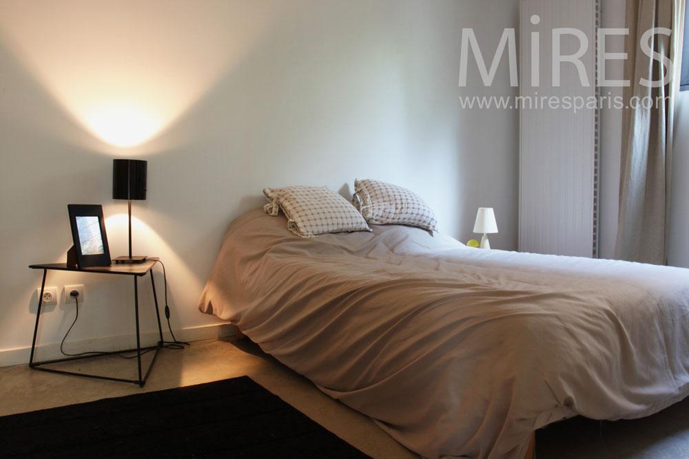 Petite chambre à coucher à l\'entrée. C0770 | Mires Paris