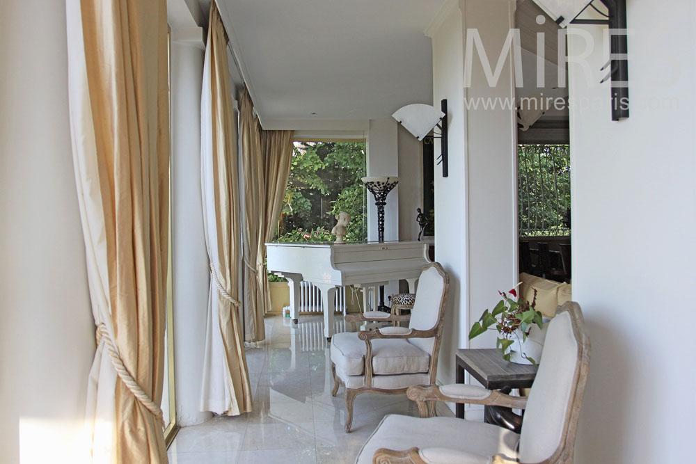 Salon art deco avec piano queue blanc c0774 mires paris for Salon art contemporain paris