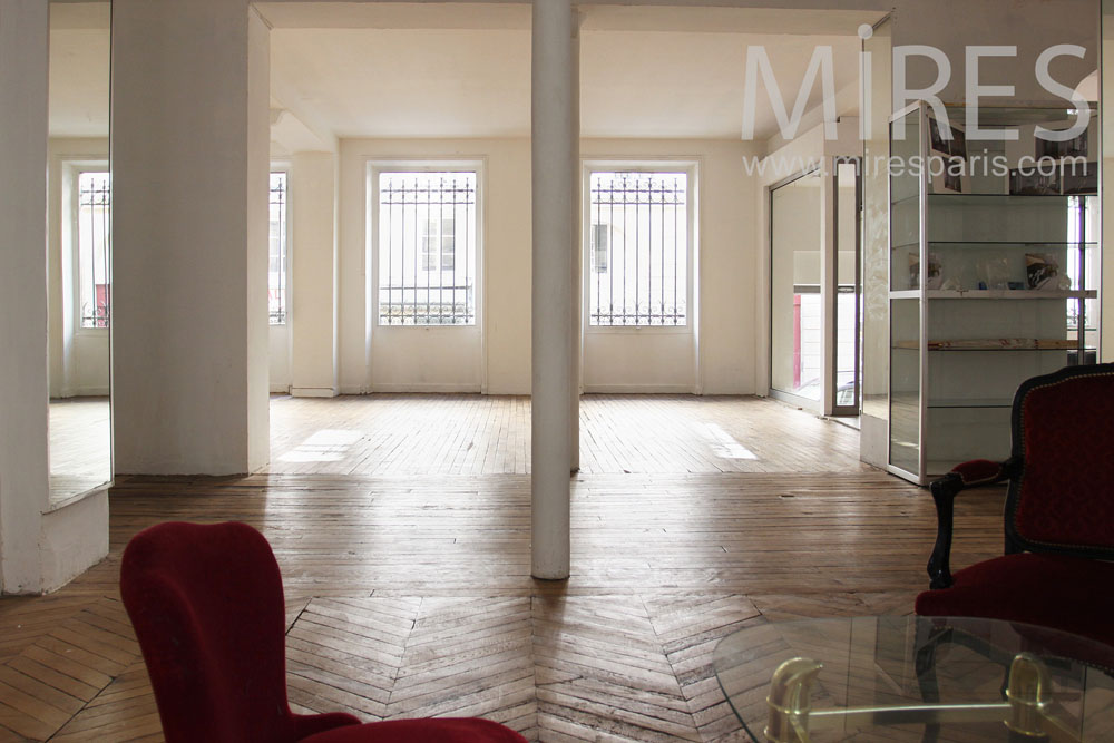 Show-room with wood floor. C0776