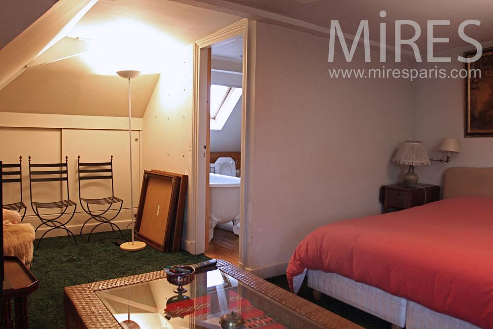 Chambre avec salle de bains sous les combles. C0783   Mires Paris