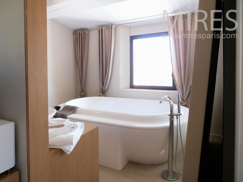 Salle de bains sous les toits jpg pictures to pin on pinterest - Salle de bain sous les toits ...