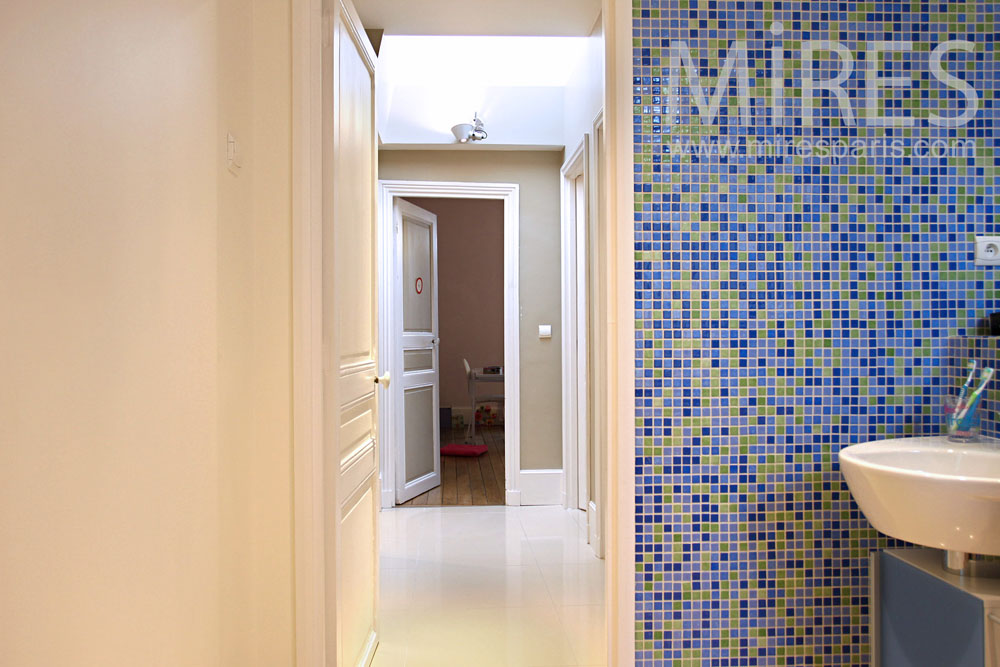Colored bedroom and its mosaic bathroom. C0820
