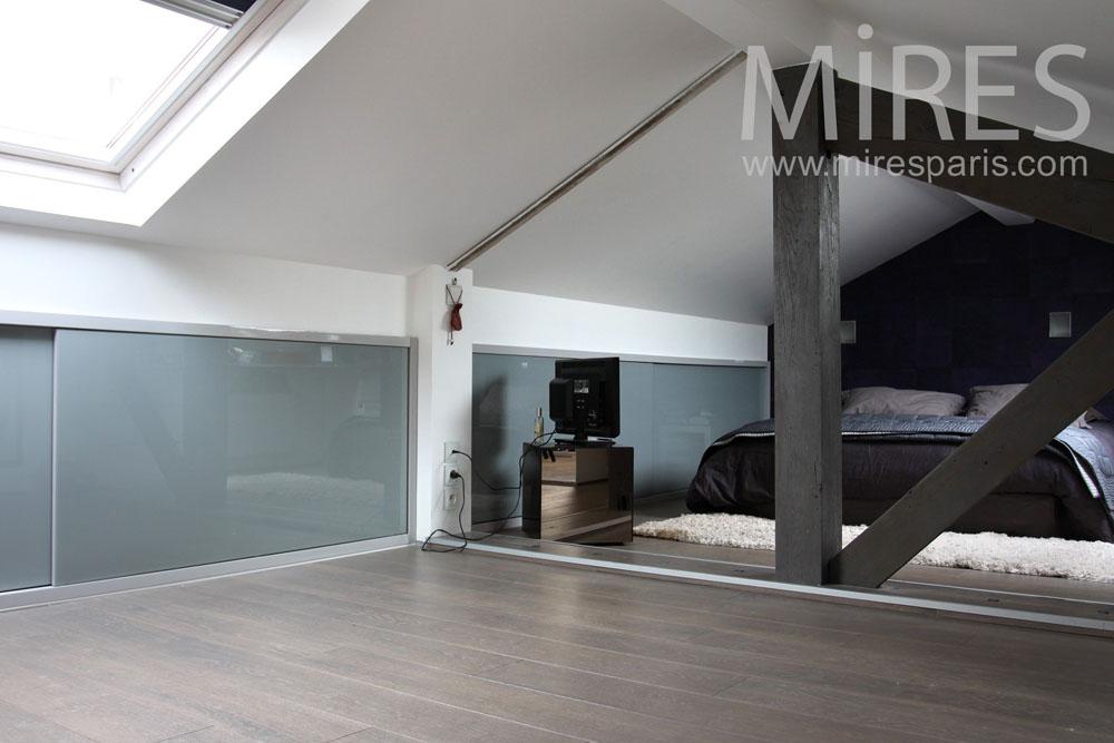rangement sous toit simple rangement des jouets u livres optimisant chaque cm de cette chambre. Black Bedroom Furniture Sets. Home Design Ideas