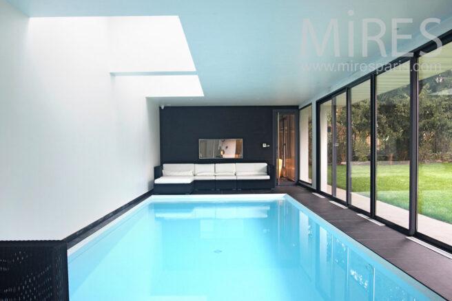Piscine int rieure ouverte sur le jardin c0844 mires paris for Club piscine entrepot